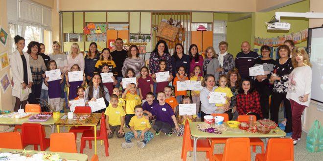 """Деца и родители изработват предмети за """"Екоарт"""" магазин в детска градина в град Левски"""
