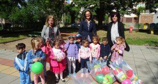 Кметицата на община Левски с поздрав и подаръци за децата