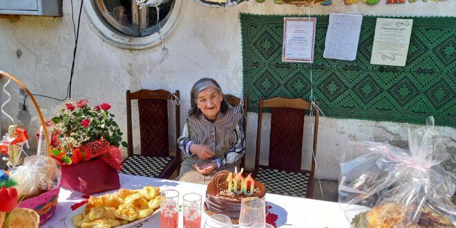 """""""Като запея, сякаш наново се раждам"""" – казва 100-годишната баба Иванка от Загражден"""