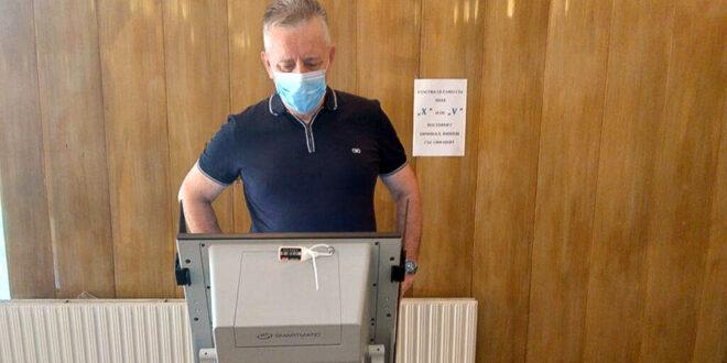 Проф. Горчев гласува в в добро настроение и очакване за успех