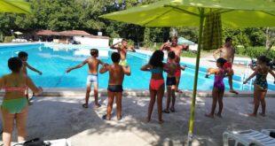 Деца от село Асеновци, община Левски се включиха в курс по плуване